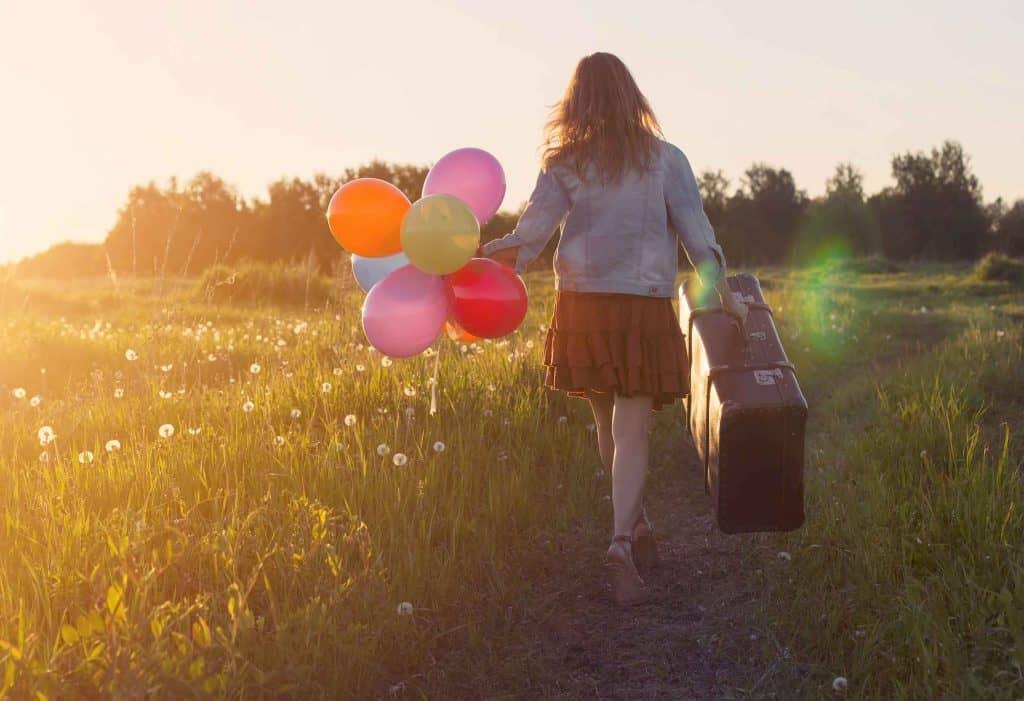 בחורה בשדה עם בלונים (צילום: sutterstock)