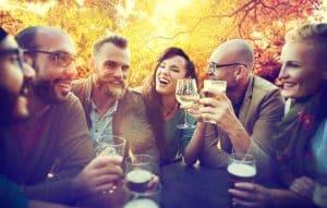 אנשים במסיבה (צילום: Shutterstock)