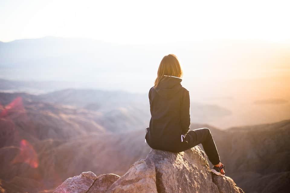 אישה משקיפה לנוף ותוהה איך לצאת מהדיכאון ולהתחיל חיים חדשים?